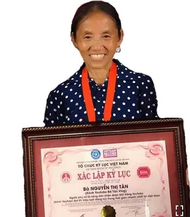 Ảnh 1: Bà Tân Vlog được cấp chứng nhận xác lập kỷ lục Việt Nam - We25.vn