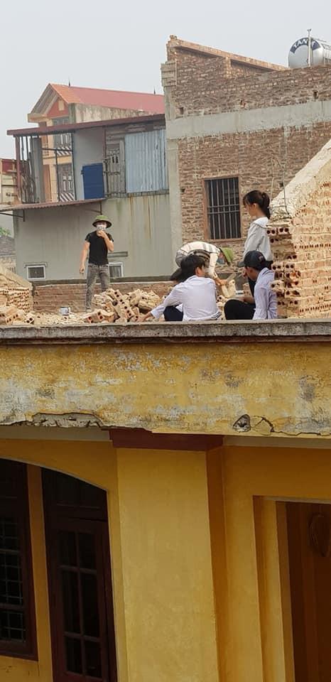 Ảnh 3: Học sinh đẽo gạch - We25.vn