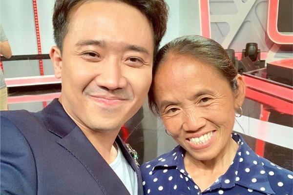 """Bà Tân Vlog chụp ảnh """"tự sướng"""" với MC Trấn Thành tại hậu trường 1 gameshow, CĐM kháo nhau: """"Bà đã bước vào showbiz?"""""""