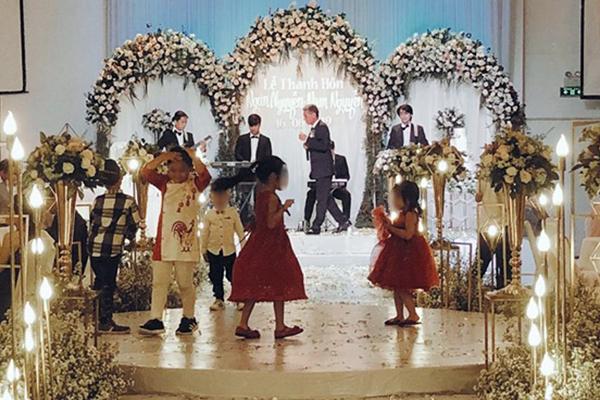 """Đi dự đám cưới, để con nhỏ chiếm dụng luôn sân khấu làm chỗ chơi, ông bố còn thách thức: """"Hư tới đâu tao đền tới đó!"""""""