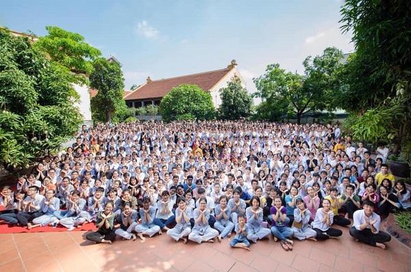 """Dẫn học sinh lên chùa cầu nguyện trước khi thi THPT Quốc gia, thầy cô trường """"người ta"""" khiến dân mạng trầm trồ"""