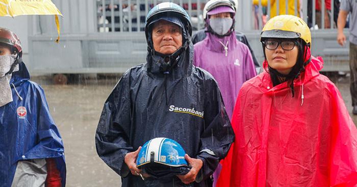 Khoảnh khắc xúc động của kỳ thi THPT Quốc gia 2019: Cha cầm sẵn mũ bảo hiểm chờ con dưới mưa