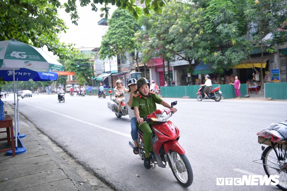 Ảnh 2: Công an hộ tống nữ sinh - We25.vn