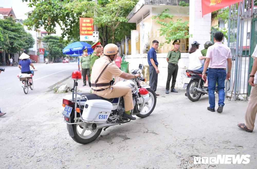 Hà Giang: Lại một thí sinh đi muộn vì ngủ quên, CSGT phải dùng xe chuyên dụng vào tận nhà đón
