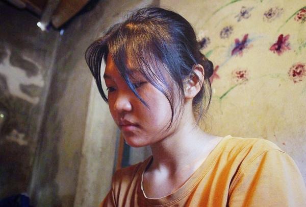 Nữ sinh nghèo khao khát đỗ ĐH Kinh tế Quốc dân: Tự học đến 3h sáng vì không có tiền học thêm