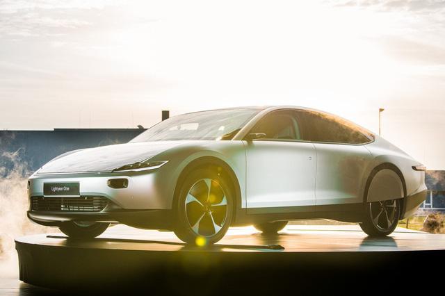 Ô tô điện chạy bằng năng lượng mặt trời đầu tiên trên thế giới được bán ra thị trường