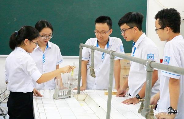 Một trường phổ thông ngoài công lập có 2 học sinh đỗ thủ khoa vào trường chuyên