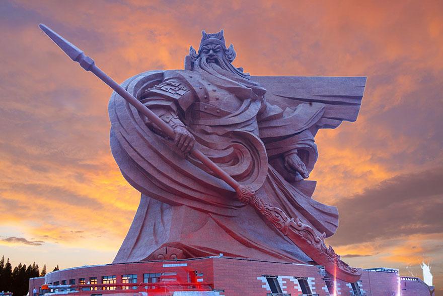 """Bất ngờ trước bức tượng Quan Vũ """"siêu to khổng lồ"""" nặng 1.320 tấn ở Trung Quốc"""