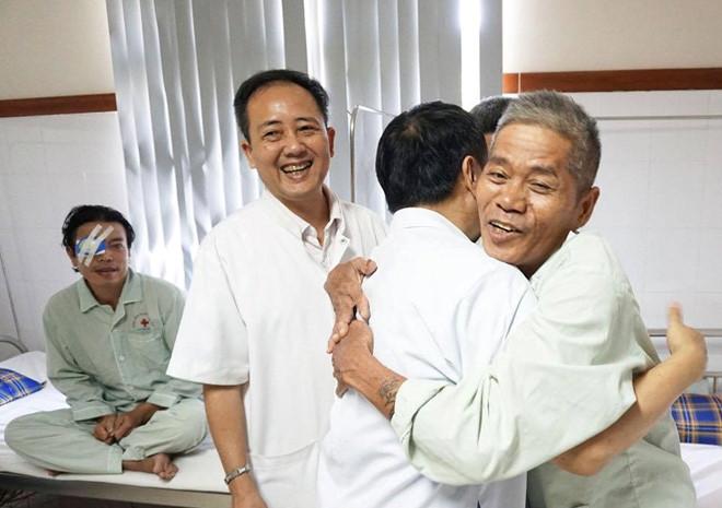 Tìm lại niềm vui khi thoát khỏi cảnh mù lòa nhờ tấm lòng nhân ái của cụ ông 83 tuổi