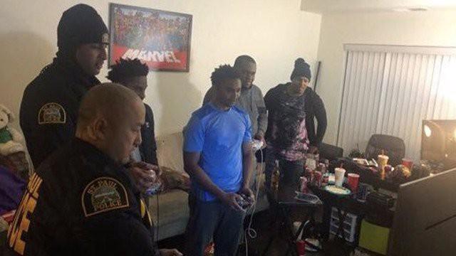 """Cười ra nước mắt nhóm thanh niên Mỹ bị cảnh sát hỏi thăm rồi lại cùng """"solo"""" luôn game với nhau"""