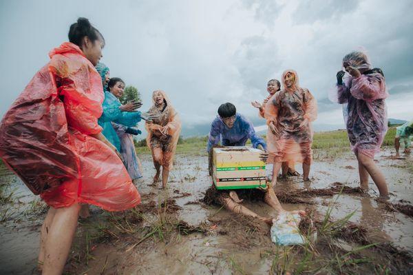 Ảnh 2: Kỷ yếu lội ruộng - We25.vn