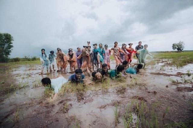 Học sinh Bình Thuận gây sốt với concept chụp ảnh kỷ yếu lội ruộng siêu độc đáo