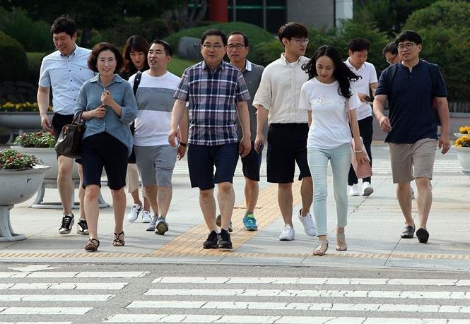 Thời tiết quá nóng, nam giới Hàn Quốc mặc quần short, mang dép đi làm, từ sự thoải mái đến những hình ảnh phản cảm