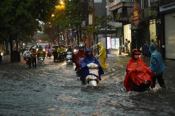 Đừng ra đường bây giờ vì nhiều tuyến phố của Hà Nội ngập sâu 1 nửa mét