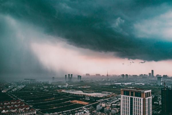 Cơn mưa rào Hà Nội dưới ống kính của nhiếp ảnh gia, đẹp ảo diệu và đầy bí ẩn