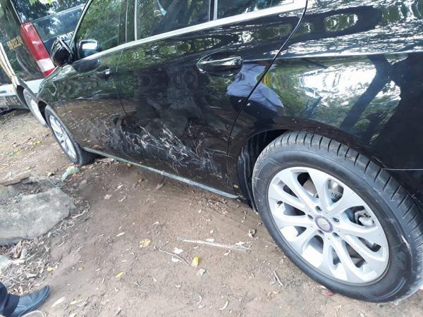 """""""Dở khóc dở cười"""" chiếc xe bị chó cào nát chỉ vì bóng sạch đến mức soi gương được"""