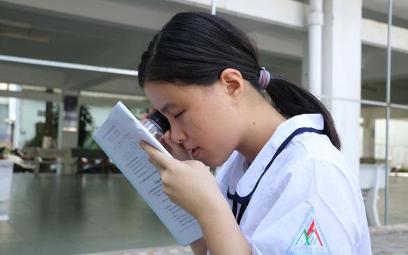 Nữ sinh khiếm thị mang cặp 15 kg đi học đỗ vào trường sư phạm