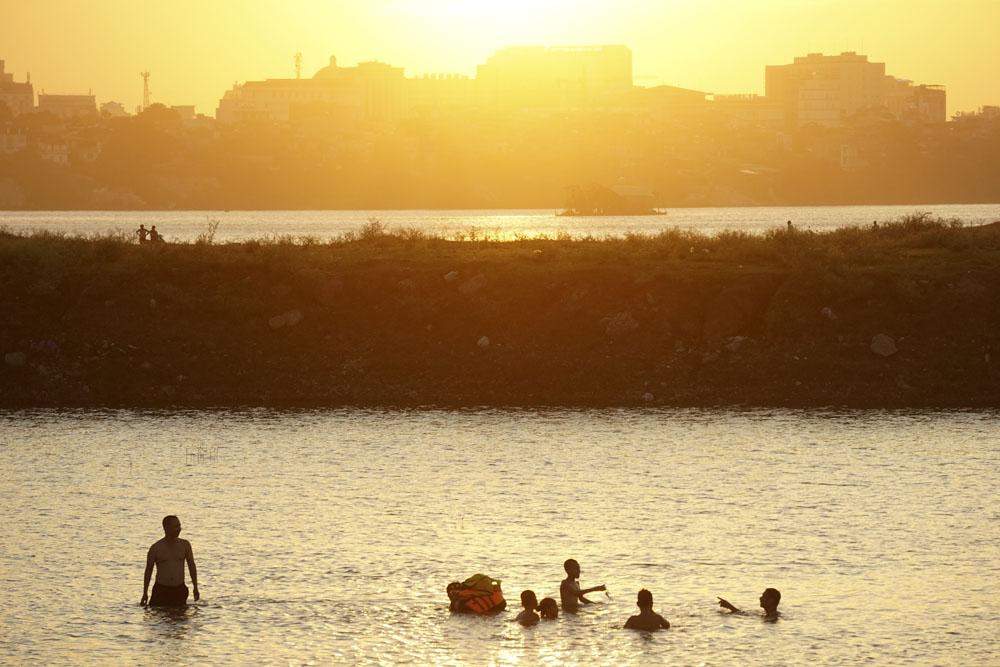 """Xuất hiện """"bãi biển mini tự phát"""" giữa lòng sông Hồng thu hút cả nghìn """"du khách"""" ghé thăm!"""