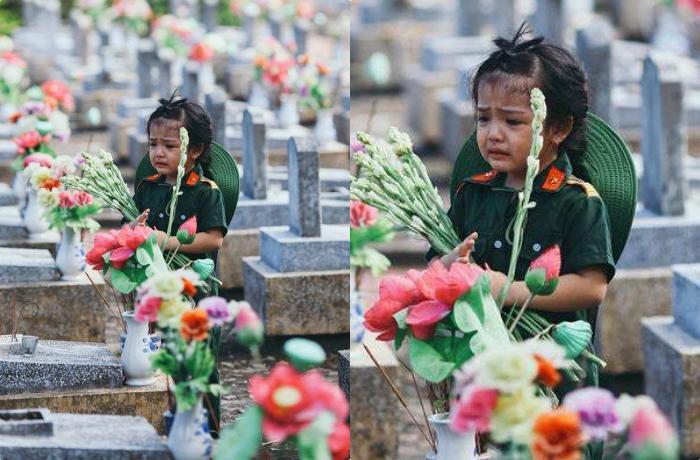 Hình ảnh đẹp nhất ngày thương binh liệt sĩ: Bé gái cầm hoa 1 mình ở nghĩa trang, mắt rưng rưng đến nghẹn lòng