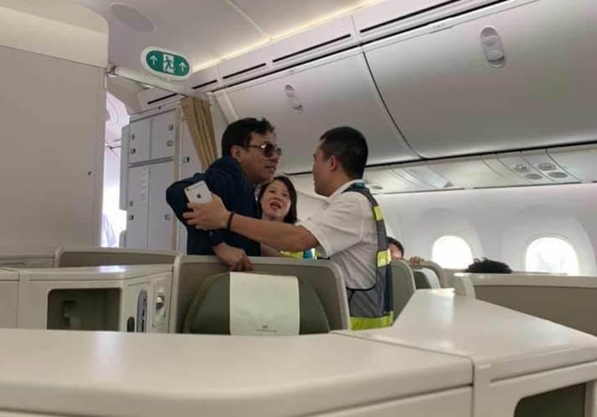 Đại gia bất động sản Đất Lành sàm sỡ cô gái trẻ trên máy bay