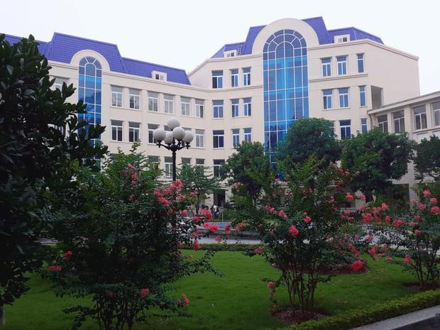 Sinh viên thích thú toà nhà mới có mái màu tím lạ của Học viện Báo chí và Tuyên truyền
