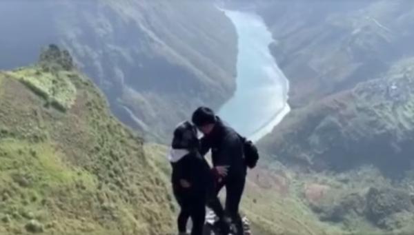 """Dẫn bạn gái lên vách núi để tỏ tình, chàng trai dọa đẩy xuống rồi quát """"em có yêu anh không"""" khiến cô gái gật đầu vội"""