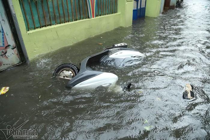 Hà Nội mưa to, xe máy và ô tô chìm nghỉm trong biển nước