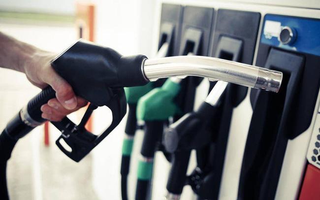 Từ 15h chiều nay, giá xăng giảm hơn 300 đồng/lít, người dân đổ xô đi mua xăng