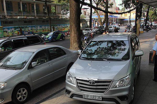 """Giải pháp mới: """"Cấm đậu ôtô, đường sẽ hết tắc"""""""