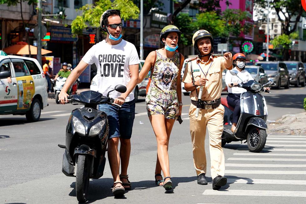 """Tây lái xe bị CSGT TP.HCM dừng xe: """"Đặc sản"""" Sài Gòn thú vị nhưng không nên thử"""