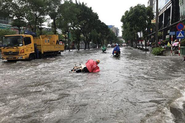 """Hà Nội biến thành sông, người dân """"be bờ"""" ngăn nước vào nhà"""