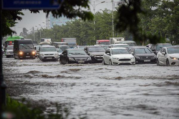 Hà Nội: Range Rover ch.ết máy, Mercedes 'bơi' trong biển nước ngập lụt