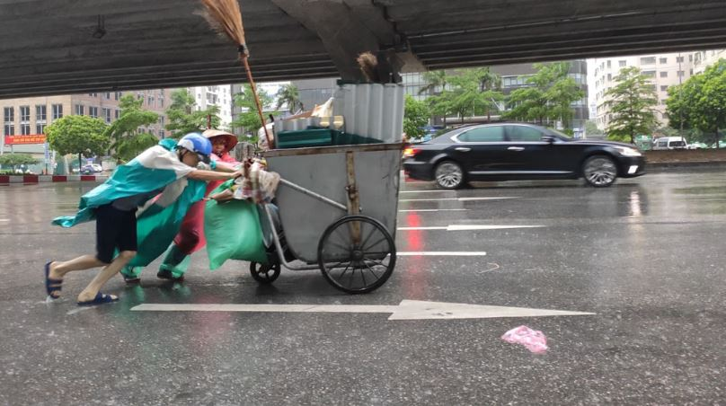 Người dân Hà Nội oằn mình trong mưa lớn và gió lốc mạnh, bão số 3 đã suy yếu thành áp thấp nhiệt đới
