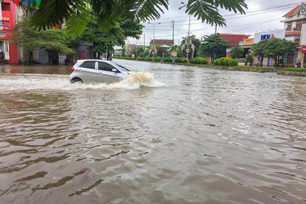 Phố 'biến' thành sông tại nhiều nơi ở Quảng Ninh, Hải Dương, Hải Phòng