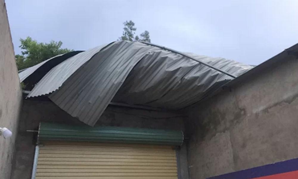 Lốc xoáy làm tốc mái hàng chục nhà ở Hà Tĩnh khiến người dân mất ăn mất ngủ lo sợ