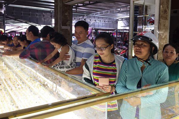 Người dân ùn ùn kéo đến bán gấp hơn 1.000 cây vàng vì nghi ngờ chủ tiệm bán vàng giả