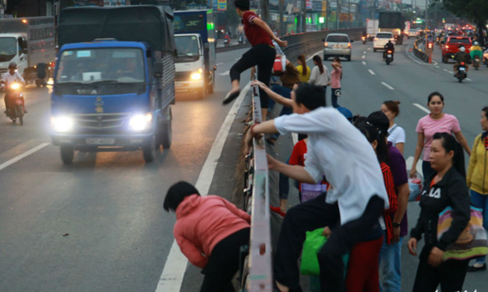 Hoảng hốt khi thấy nhiều người đi bộ trèo phân cách bất chấp nguy hiểm để lao nhanh qua đường
