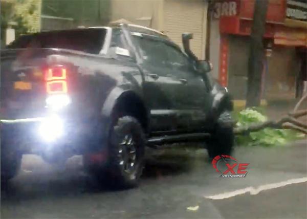 Không ngại hỏng xe, chủ xe Ford Ranger tiền tỷ ủi cây đổ sau bão giúp dân
