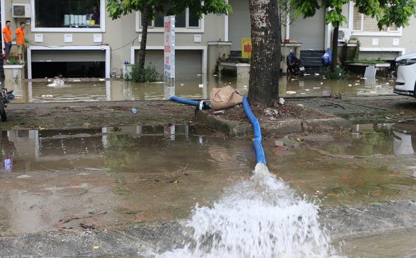 Thiên đường Bảo Sơn ngập sâu trong biển nước, dân dùng máy nổ hút nước cứu biệt thự đắt tiền