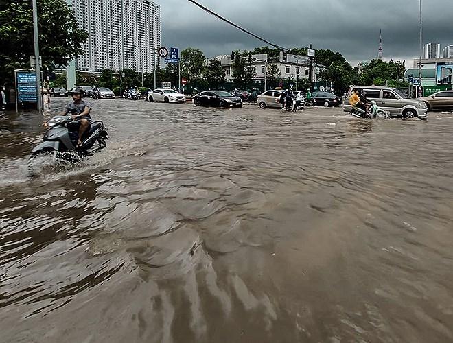 """Loạt ảnh phố biến thành sông, CSGT Hà Nội trở thành """"cột mốc"""" sống giữa mênh mông nước"""