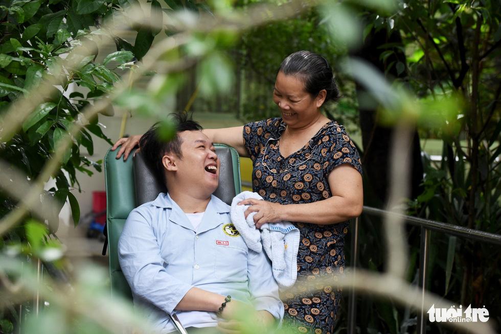 Kiên quyết không rút ống thở của con trai bị tai nạn, tình yêu thương người mẹ tạo nên kỳ tích cứu sống con mình