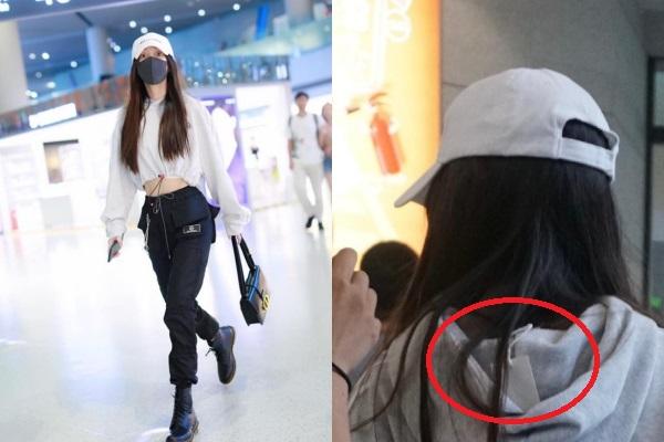 Biến sân bay thành sàn diễn, Angela Baby tự bóc mẽ diện áo còn nguyên tag mác