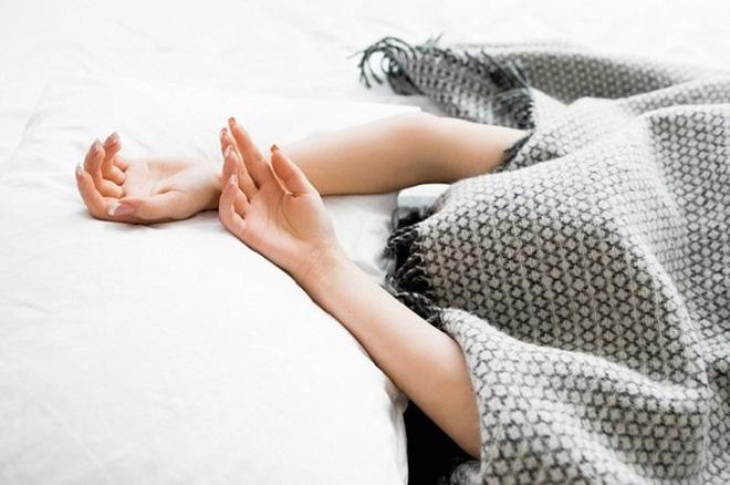 """Trùm kín chăn đi ngủ: Thói quen xấu của nhiều người có thể """"chặn"""" đường thở bất cứ lúc nào"""