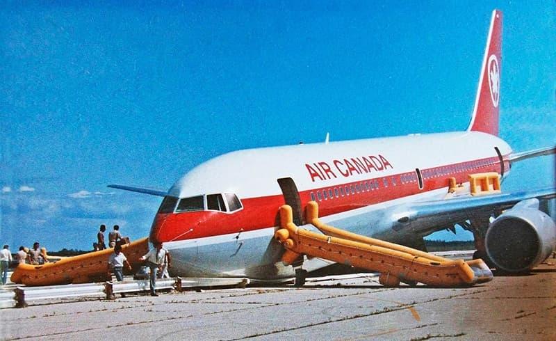Chuyện hy hữu ngành hàng không: Máy bay hết xăng dọc đường và cú đáp đất từ độ cao 12.000m