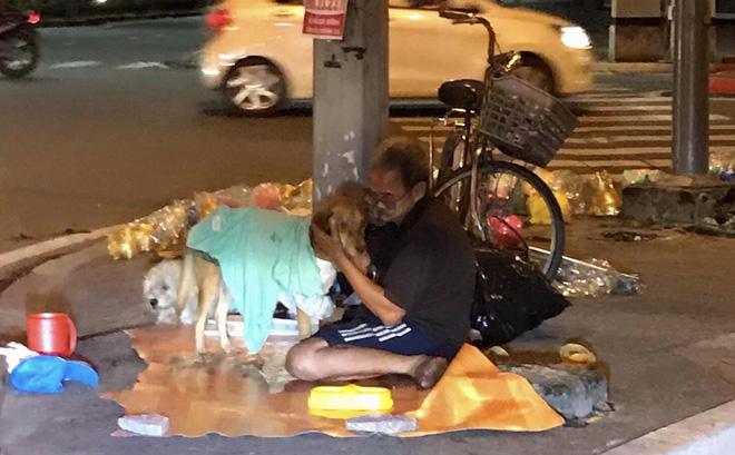 Bức ảnh rơi nước mắt: Cụ ông vô gia cư nhường cơm, sẻ áo cho hai chú chó khiến ta hiểu ra bài học nhân sinh sâu sắc