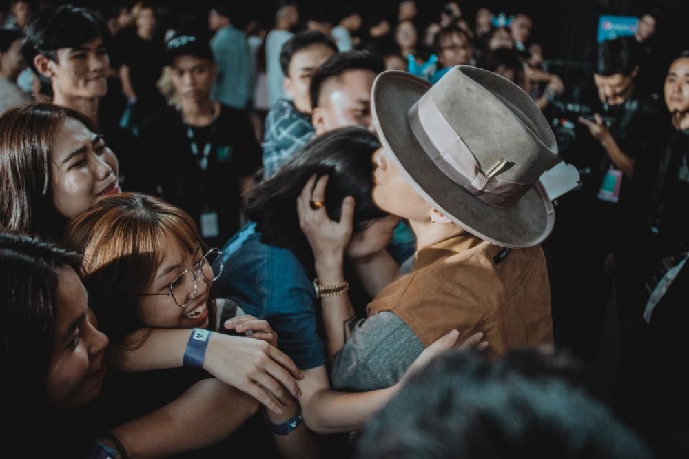 Fan nữ dẫn mẹ đến show để hỏi cưới Sơn Tùng, CĐM thẫn thờ: Ủa, liêm sỉ của em còn không?