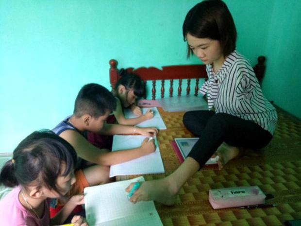 Cô sinh viên năm 3 mở lớp dạy Tiếng Anh miễn phí cho trẻ em bằng... chân