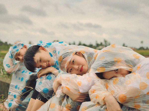 Mừng năm học mới, học sinh Đồng Nai tung bộ ảnh kỷ yếu siêu độc lạ với background đồng ruộng quê hương