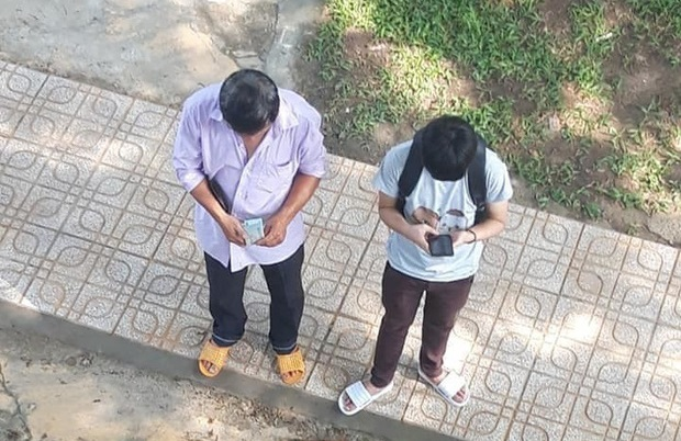 Xúc động cảnh cha nghèo đếm từng đồng tiền lẻ rồi dúi vào túi con trai ngày nhập học