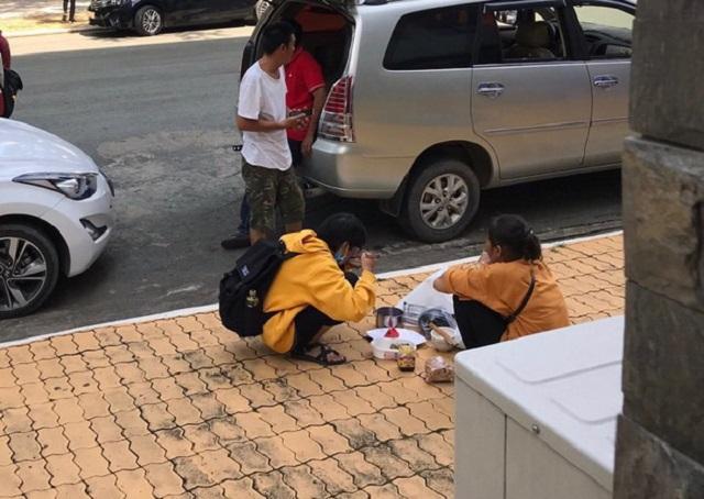 Bữa cơm giữa sân trường của hai mẹ con cậu tân sinh viên ngày nhập học khiến cộng đồng mạng nghẹn lòng